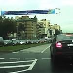 Mintha szellemautóval ütközött volna, levegőbe emelkedett a kocsi hátulja – videó