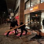 Fotók: Utcai harccá és gyújtogatássá fajult a pedagógussztrájk