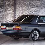 Egy darabka 80-as évek: eladó korának leggyorsabb 4 ajtós kocsija