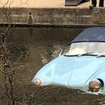 Videó: A pillanat, amikor a bénázó furgonos a folyóba lök egy autóritkaságot