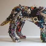 Embernagyságú szobrok újrahasznosított játékokból