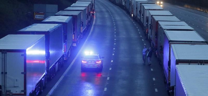 Több ezer adag ételt vittek a karácsonyra Dovernél rekedt kamionsofőröknek