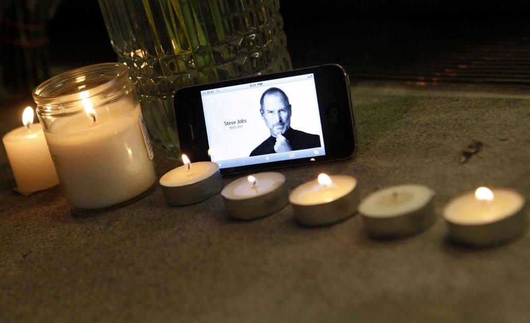2011. október 5. - iPhone emlék gyertyákkal egy Apple üzlet előtt New Yorkban - Steve Jobs évforduló -nagyítás
