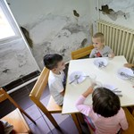 Penészes falak, málló vakolat: ilyen körülmények fogadják a diákokat