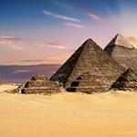 Húsz szarkofág, öt koporsó és több száz amulett került elő a föld mélyéről Egyiptomban
