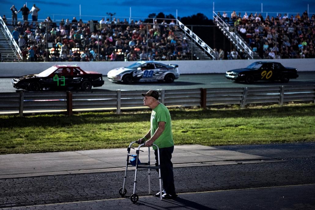 best of 2017 - Egy ember járókerettel nézi a versenyt az Ace Speedway versenypályán Altamahaw településen Karolinában