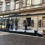 Egy belvárosi étterem beépítette egy csecsemőkutató labor ablakait