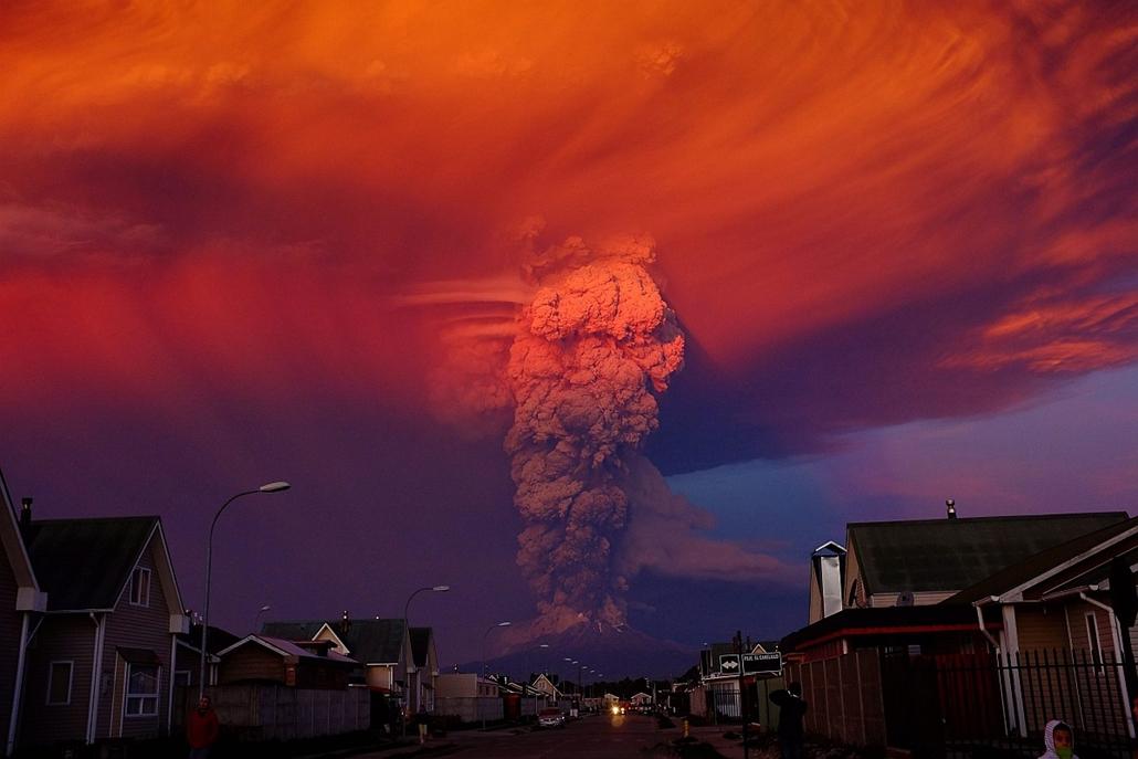 epa.15.04.23. - Puerto Montt, Chile: Sűrű füstoszlop a 43 éve alvó Calbuco vulkán felett. Az ország déli részében, a fővárostól 1300 kilométerre délre lévő tűzhányó 20 kilométeres körzetében elrendelték a lakosság evakuálását. - évképei - 20150909008