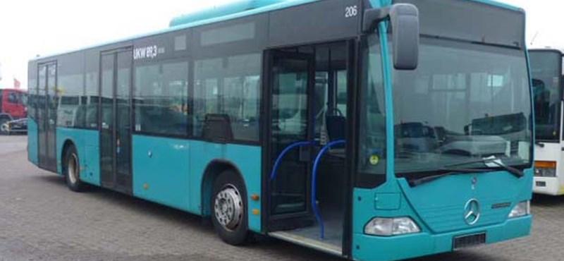 Vizet oszt a BKK a fullasztó Mercedes-buszokon