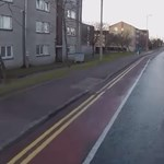 Átengedte a kerékpáros a mankós lányt, a sors meghálálta neki – videó