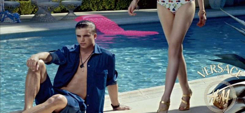 Versace for H&M: bizarr videókkal promózzák a közös kollekciót
