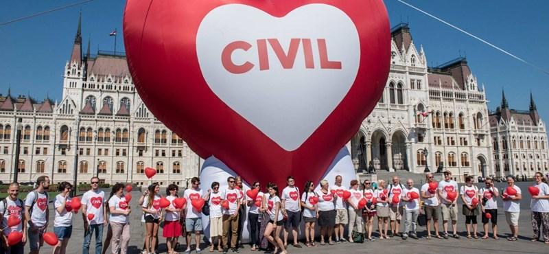 Nem kapkodja el a Fidesz a civiltörvény visszavonását