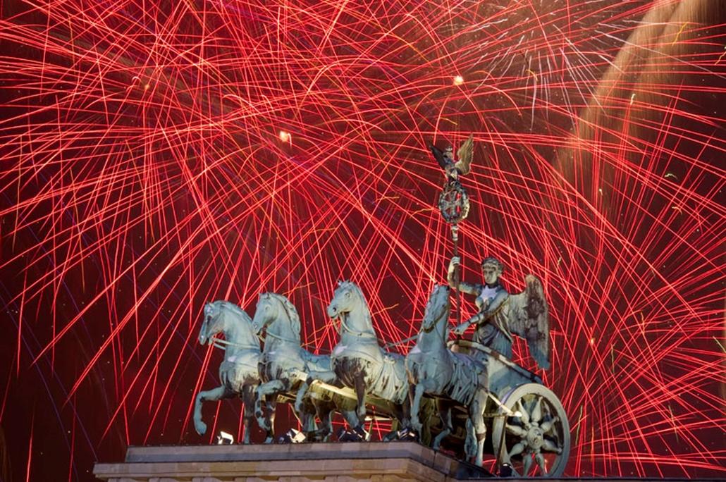 Az eget színező, újévköszöntő tűzijáték 2010. január 1-jén Berlinben, a Brandenburgi kapu fölött.