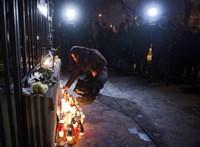Csontfűrésszel és gúnyos vigyorral a kritikus újságírók ellen