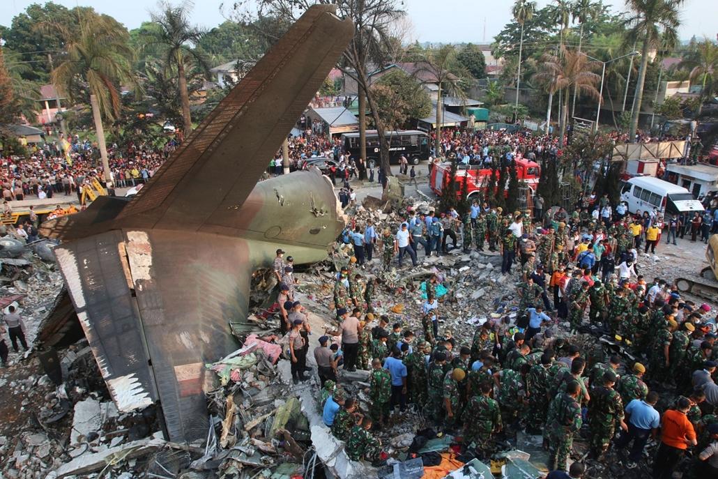 afp.15.06.30. - Medan, Indonézia: Mentőcsapatok a lezuhant C-130 Hercules repülőgép roncsainál. - 7képei, repülőgép, repülőgépbaleset