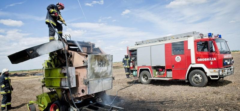Szalmabálázó gép égett a mező közepén