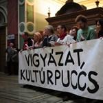 """""""Vigyázat, kultúrpuccs!"""" - tüntetők jelentek meg a Műcsarnokban"""