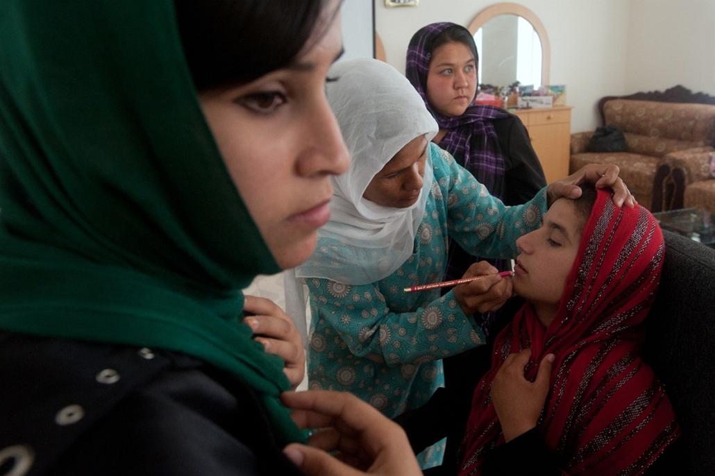 Sajtófotó 2011 - Nagyítás-fotógaléria - Társadalomábrázolás, dokumentarista fotográfia - sorozat - 2. helyezett: Tiltott szépségszalon