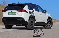 Drágán spórolni: teszten az első konnektoros, 21 millió forintos Toyota RAV4