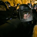 Többször is könnygázt vetettek be a Kossuth téren a rendőrök
