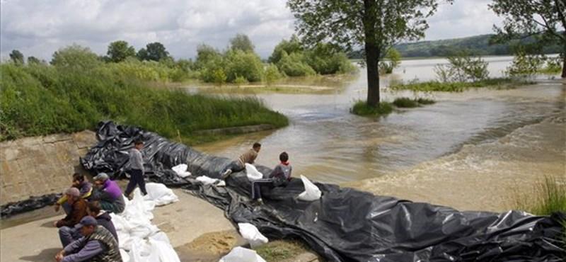 Képek: utat kellett lezárni az áradás miatt