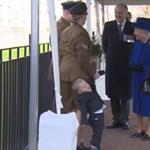 Videó: A kétéves alattvaló, aki egyáltalán nem esett hasra Erzsébet királynőtől