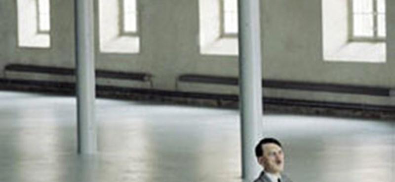 Megszólalt az imádkozó Hitler-szobor alkotója