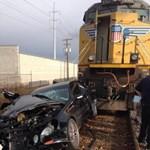 Egy perc alatt kétszer trafálta el a Mercit a vonat, túlélte a sofőr – videó