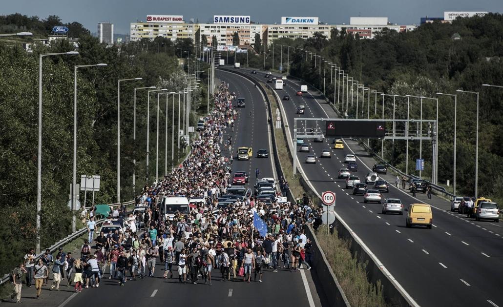 faz.15.09.04. Menekültek gyalog indultak útnak Bécs felé. Menekült, migráns, bevándorló