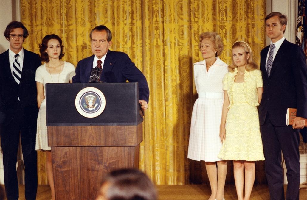 1974.08.09. - Richard Nixon búcsúzik - mellette (b>>j): David Eisenhower (Dwight Eisenhower unokája), lánya: Julie Nixon Eisenhower, First Lady Pat Nixon, s lányuk férjével: Tricia Nixon Cox with és Edward Cox - Nixonnagyitas