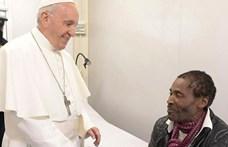 Menekültekkel fotózkodott a Pápa
