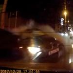 Rohamot kapott a sofőr vezetés közben, komoly baleset lett a vége – videó