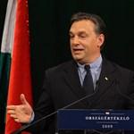 És akkor Orbán a kommunisták közé keveredett
