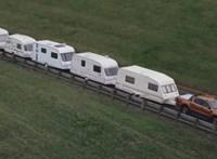 Egyszerű előzésre számított az audis, végül 15 lakókocsit kellett egyszerre letudnia – videó