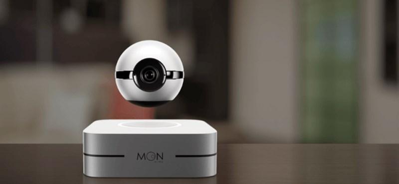 Ennek a kis lakásfigyelő kamerának sokan örülnének: lebeg és arra fordul, amerről hangot hall
