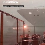 Métereken múlt az ütközés: tengerjáró hajó került bajba a velencei kikötőben – videó
