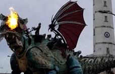 17 ember sétáltatott egy óriási tűzokádó sárkányt Calais utcáin (videó)