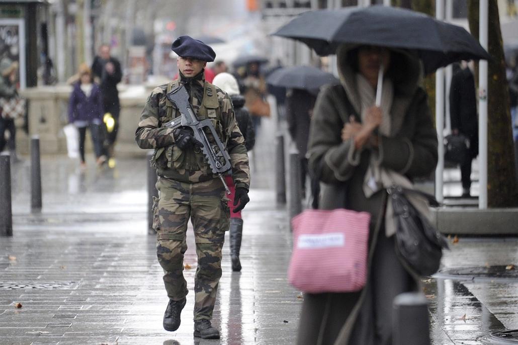 Malinagyítás afp, Mali, algéria, francia beavatkozás -Biztonsági intézkedések Franciaországban, Géppisztolyos francia katona járőrözik a párizsi Champs-Élysées sugárúton 2013. január 15-én. Franciaországban megszigorították a biztonsági intézkedéseket, mi