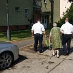 95 éves asszonynak segítettek bevásárolni a rendőrök a hőségben