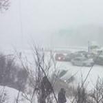 Gigabaleset: 50 autó rohant egymásba a kanadai autópályán – videó