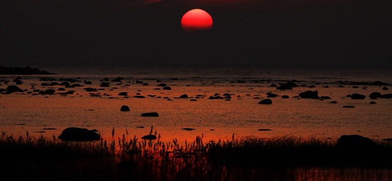 A nap képe: vérvörös naplemente Észtország partjainál