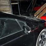 Ferrari csapódott egy délegyházi udvarba