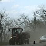 Homokvihar miatt vált lehetetlenné a közlekedés az 1-es főúton