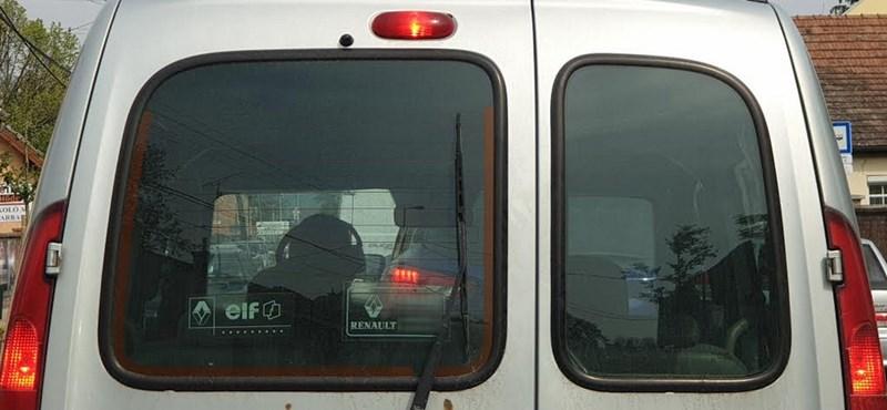 A nap fotója: A magyar sofőr, aki méretes fejhallgatóval vezet