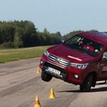 Veszélyes a Toyota Hilux? Csúnyán elhasalt a jávorszarvas-teszten – videó